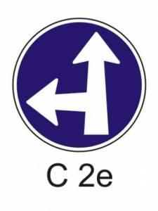 C 2e - přikázaný směr jízdy přímo a vlevo