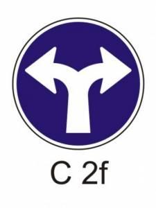 C 2f - přikázaný směr jízdy vpravo a vlevo